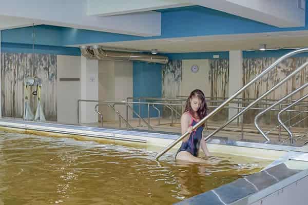 ragazza piscina salsobromoiodica