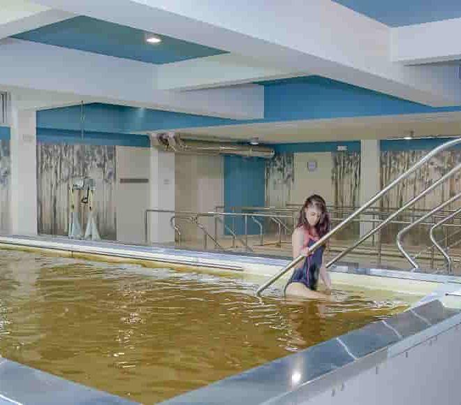ragazza in piscina salsoiodica