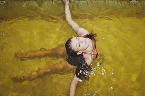 ragazza in piscina salsobromoiodica