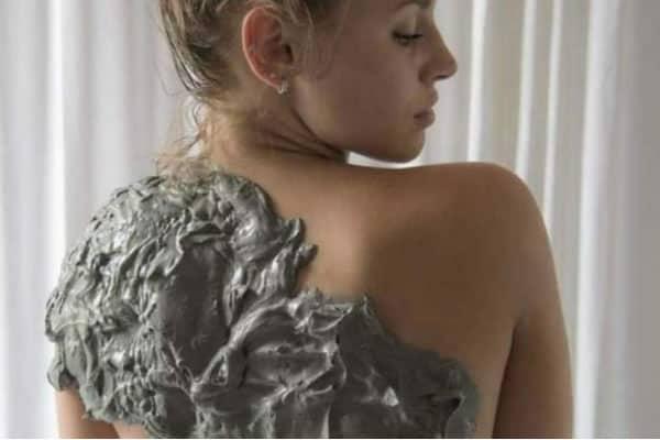 fango spalla ragazza -particolare